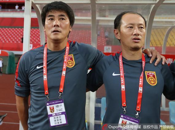 中国U19国青主帅李明(左)