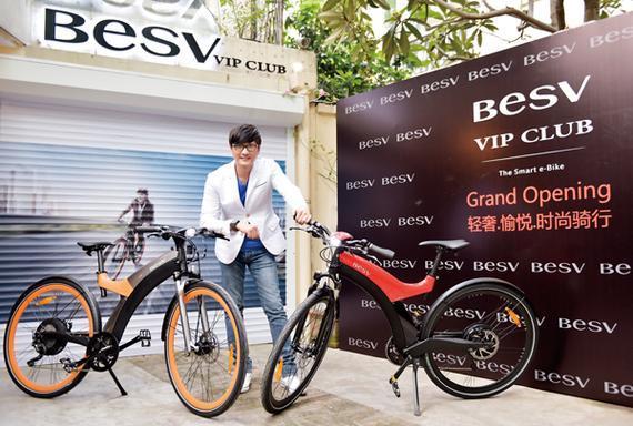 引领E-bike时尚风潮的BESV,今日于上海最富有小资文艺气息的法租界永嘉路588号正式成立BESV VIP CLUB。为表重视,达方电子董事长暨执行长、BESV品牌创始人苏开建先生(以下简称苏开建董事长)、中国台湾著名音乐人包小柏先生、BESV VIP CLUB会长陈建强先生、副会长林忠贤先生,以及BESV VIP CLUB其他主创人员一同庆贺。更力邀日本及中国区经销商,与多家高端时尚杂志主编、各界媒体朋友等,超过60位来宾齐聚一堂。现场弥漫着周末下午愉悦轻松的气氛,共同举杯祝贺全球第一个BESV