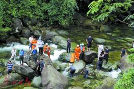 5名驴友韶关爬山时,遭逢山洪,4人罹难1人依然失落。