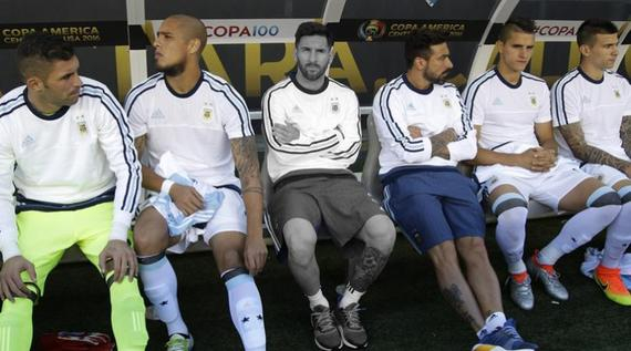 对阵智利 梅西在板凳上见证了队友们打出的美丽足球