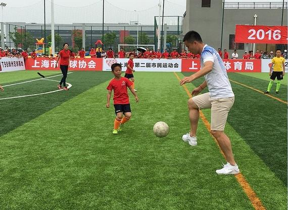 孙吉浦玮和小朋友一起踢球