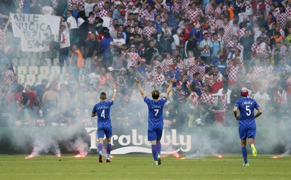 克罗地亚这场比赛,曾被烟花中断过