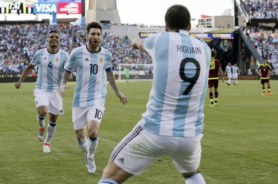 梅西与伊瓜因庆祝进球