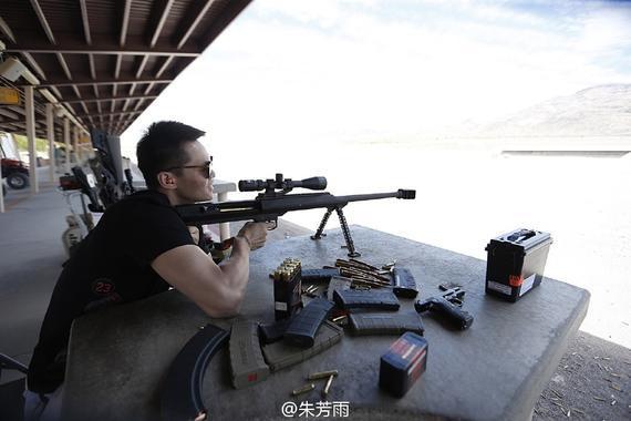 朱芳雨玩偷袭步枪练枪法