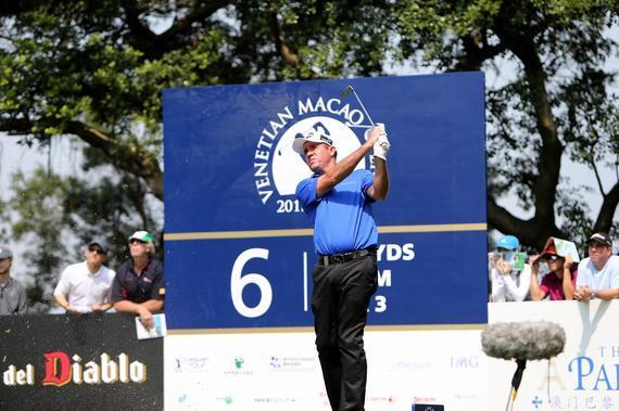 北京时间6月21日,两届赛事冠军亨特(Scott Hend)已确定将再次重回澳门参与亚巡威尼斯人澳门高尔夫球公开赛,于风景秀丽的澳门高尔夫球乡村俱乐部中力争卫冕。赛事已定于10月13日至16日举行,而今年的赛事总奖金将跟过往四年一样有所增长,达到有史以来最高金额的110万美元。   赛事自1998年开始举行,澳门威尼斯人于2012年起成为赛事的冠名赞助商后,已把它发展成亚洲区内首屈一指的职业高尔夫球比赛之一和本赛季中亚巡赛中奖金最高的职业赛事。这个由144名球手组成的公开赛继续由澳门特别行政区政府体育