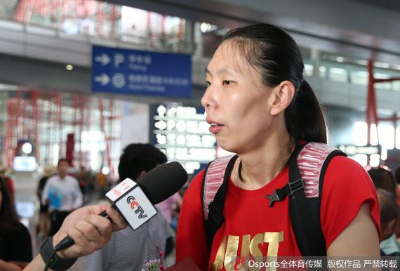 陈楠在机场接受记者采访