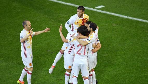 西班牙身穿客场球衣