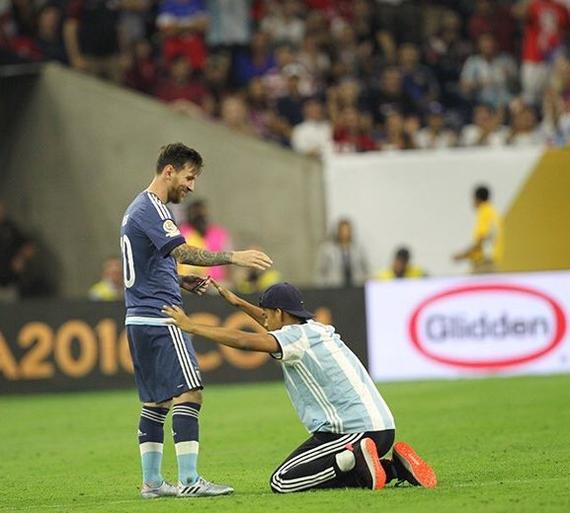 全美国都被梅西打服了!球迷跪拜 克林斯曼直摇头