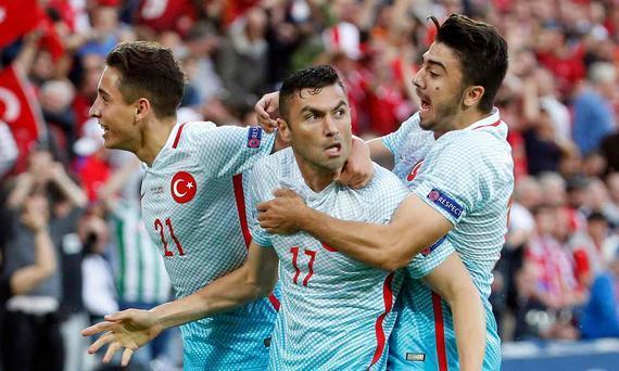 伊尔马兹庆祝进球