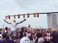 盛大!骑士举行夺冠游行 百万球迷涌上克城街头