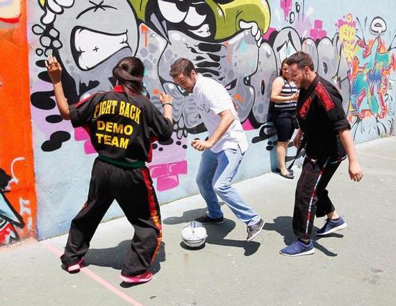 劳尔与孩子们踢足球