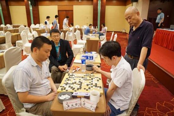 第六轮最晚结束的比赛朱元豪战胜张立,上海建桥学院队籍此扳平河南亚太队