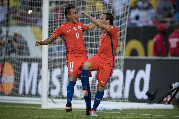 富恩萨利达与巴尔加斯庆祝进球
