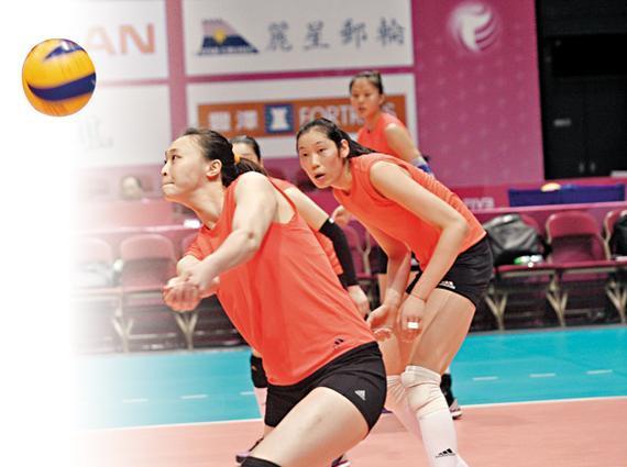惠若琪(左)进行接发球训练(潘志南/摄)