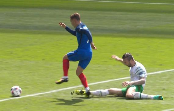 爱尔兰后卫背后放铲