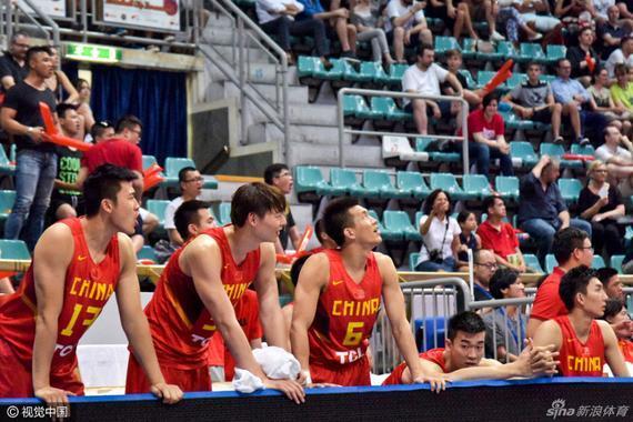 中国男篮替补席紧张关注着场上局势