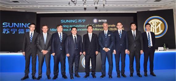 苏宁控股集团董事长张近东与新一届国际米兰俱乐部董事会成员合影