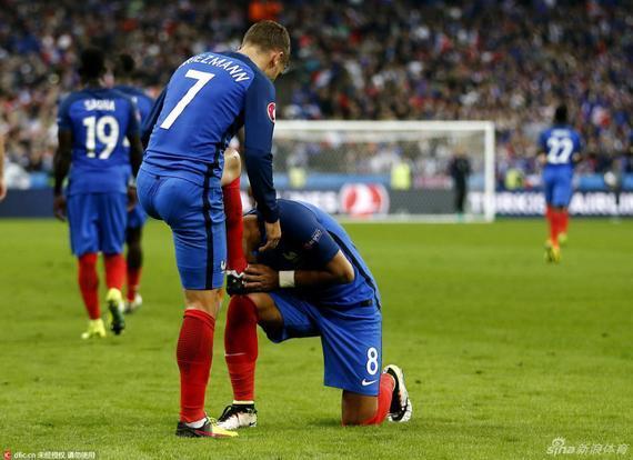 本场对阵冰岛 格列兹曼进球之后 帕耶又一次亲吻了格列兹曼的战靴
