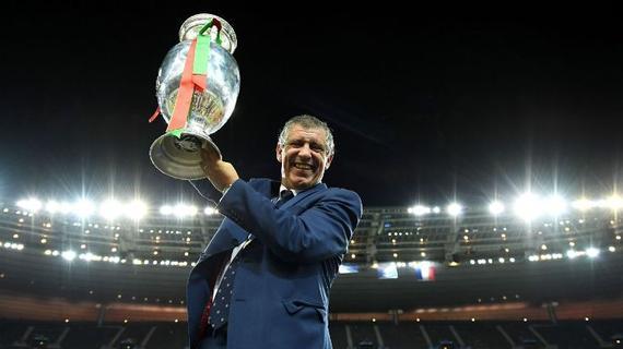 费尔南多-桑托斯捧起欧洲杯