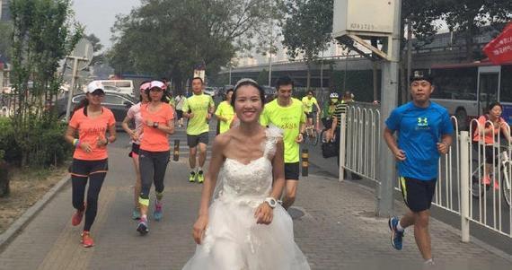 新娘穿婚纱跑步出嫁