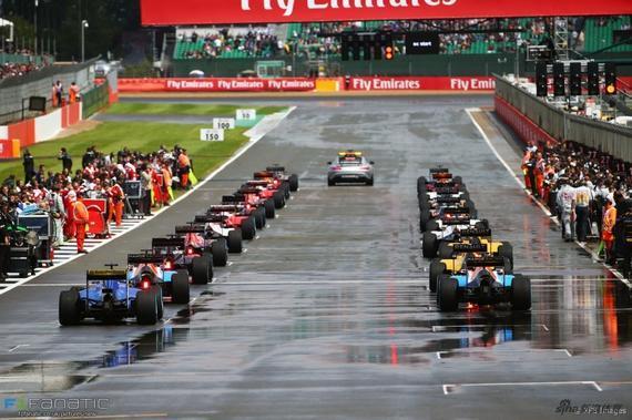 F1英国站在雨后发车