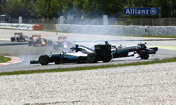 汉密尔顿与罗斯博格在巴塞罗那赛道相撞