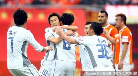 2011年足协杯决赛中,与队友相拥庆贺的王新欣