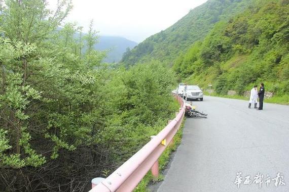 65岁骑游老人猝死巴朗山,倒地时依然保持骑行姿势。