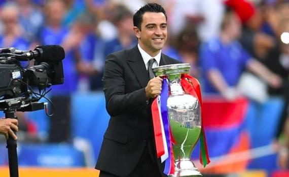 哈维代表西班牙交接欧洲杯冠军奖杯