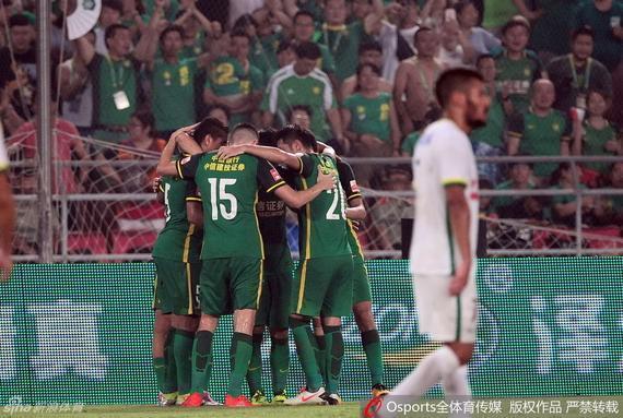 国安球员庆祝进球