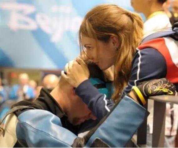 2008年北京奥运会上,马修埃蒙斯把头深埋在妻子怀里