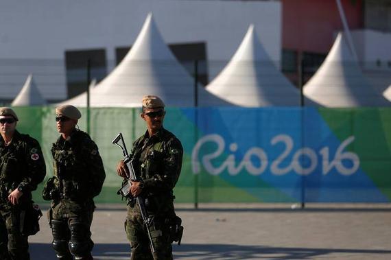 在奥运场馆外负责执勤的巴西军警