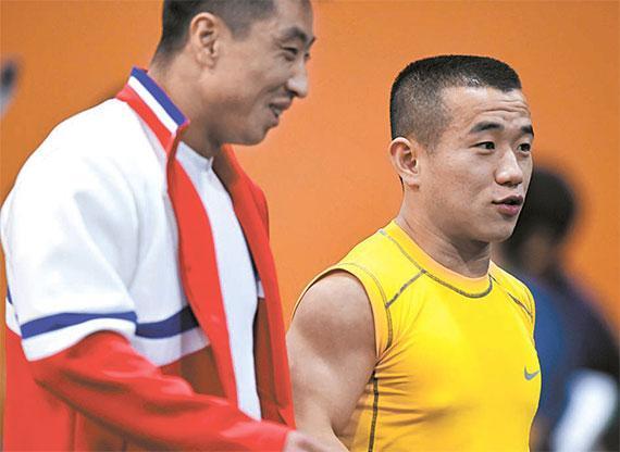 严润哲身穿醒目印着美国运动品牌耐克标志的黄色上衣出场