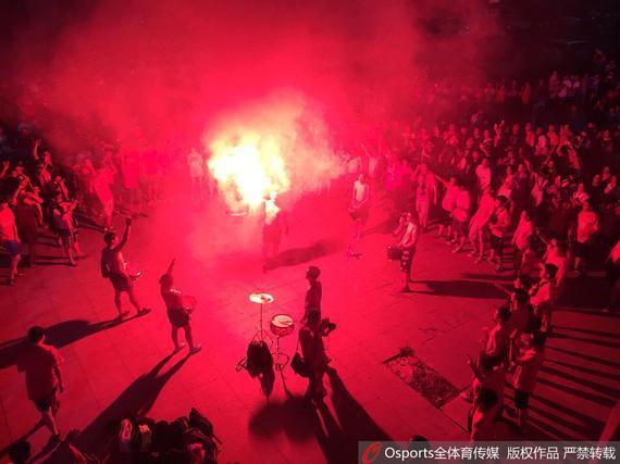 亚泰球迷场外庆祝胜利