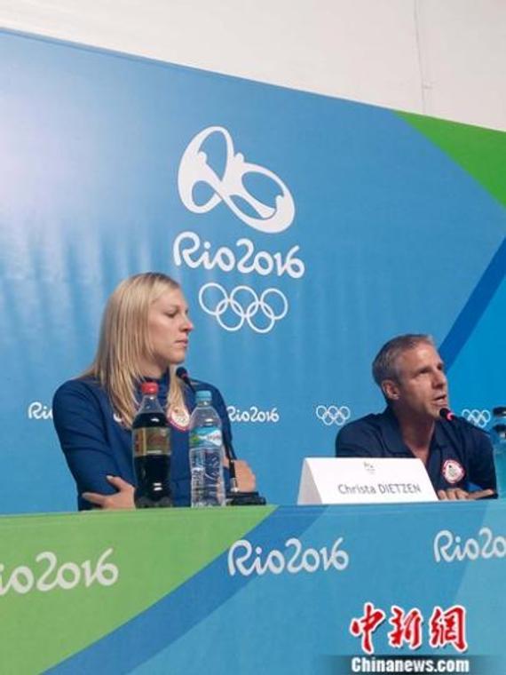 美国女排主教练基拉里和队长哈默托在新闻发布会上。记者 卢岩 摄 卢岩 摄
