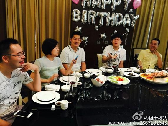 常昊古力等为柯洁庆祝生日(图片来源柯洁微博)