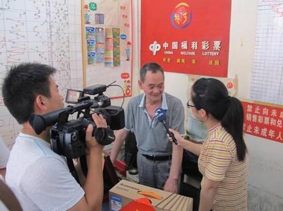 售出大奖彩票的福彩店主接受记者采访
