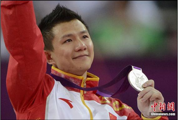 """2012伦敦奥运会男子吊环决赛,""""吊环王子""""陈一冰夺得银牌。图为陈一冰含泪领奖。记者 廖攀 摄"""
