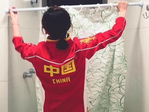 何雯娜给奥运村房间的厕所安装门帘