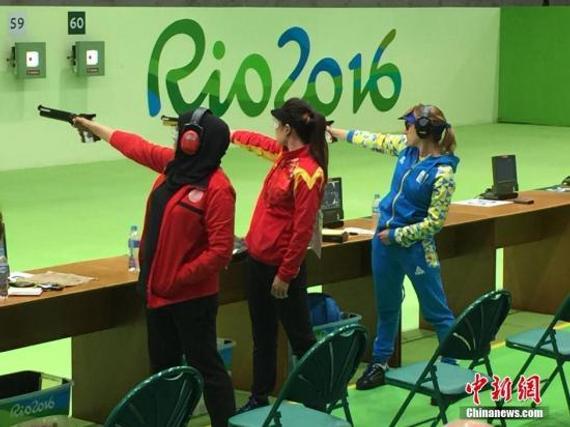 当地时间8月7日,在经历了自悉尼奥运会以来首个无金首日后,中国运动健儿再上里约奥运赛场,郭文珺和张梦雪并肩作战,参加女子10米气手枪的资格赛。郭文珺已经连续两届奥运冠,如果她能在该项目上继续取得突破,则将成为该项目上唯一连续三连冠的选手。图为郭文珺(中)参加10米气手枪资格赛。 中新网记者 宋方灿 摄