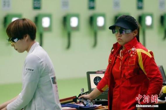 当地时间8月7日,里约奥运女子10米气步枪决赛,中国选手张梦雪以199.4环的成绩为中国夺得本届奥运会的首块金牌。图为张梦雪(右)在比赛中。 中新网记者 盛佳鹏 摄 (资料图)