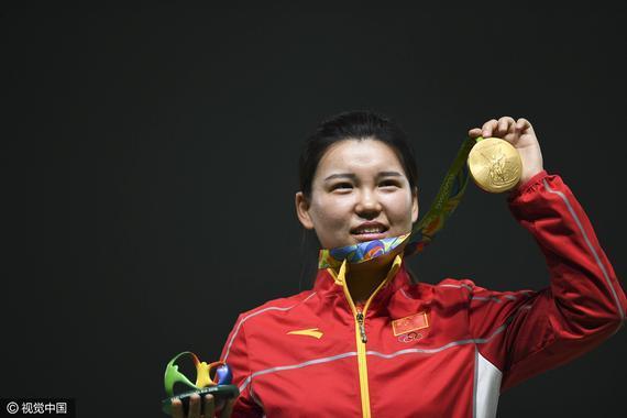 张梦雪展示金牌