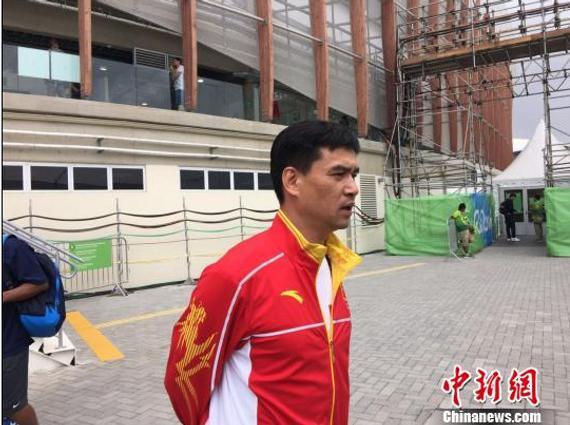 中国花剑队主教练叶冲接受媒体采访