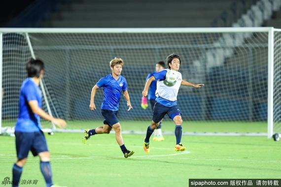 第11分钟,日本队右路传中,矢岛慎也在对方禁区内射门,造成哥伦比亚