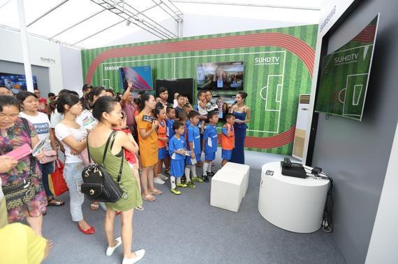 8月,注定是一个热情胜火的月份,今年尤是。在巴西奥运会盛大开幕之际,三星体育季梦想之家 实力之选活动也在成都鸣哨开场,给持续高温的蓉城再添一份激情。活动分为室内体验区和室外足球赛两个部分进行,虽各具特色但同样嗨爆全场,点燃三星体育季。   其中,三星电视举办的室外足球赛尤为可圈可点。虽然运动场上挥汗如雨,却并没有给成都带来一丝燥热,全场都是青春气息和未来希望。原来参与此次梦想之家 实力之选足球赛的运动员均是足球小将,年龄在5-8岁之间,虽然脚法和速度还稍显稚嫩,但热情气势及认真程度丝毫不输身经百