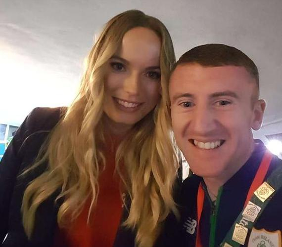 爱尔兰拳击手巴恩斯与小麦前女友沃兹尼亚奇合影