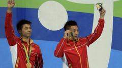 林跃陈艾森展示金牌