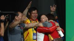 向艳梅与教练庆祝夺冠
