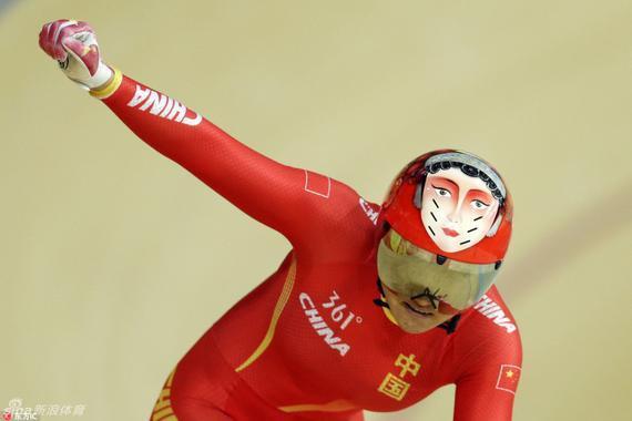 新浪体育讯  里约奥运会中,中国自行车选手头戴带有京剧脸谱头盔图片