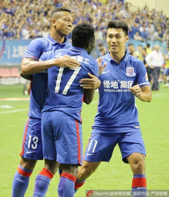 马丁斯与队友庆祝进球